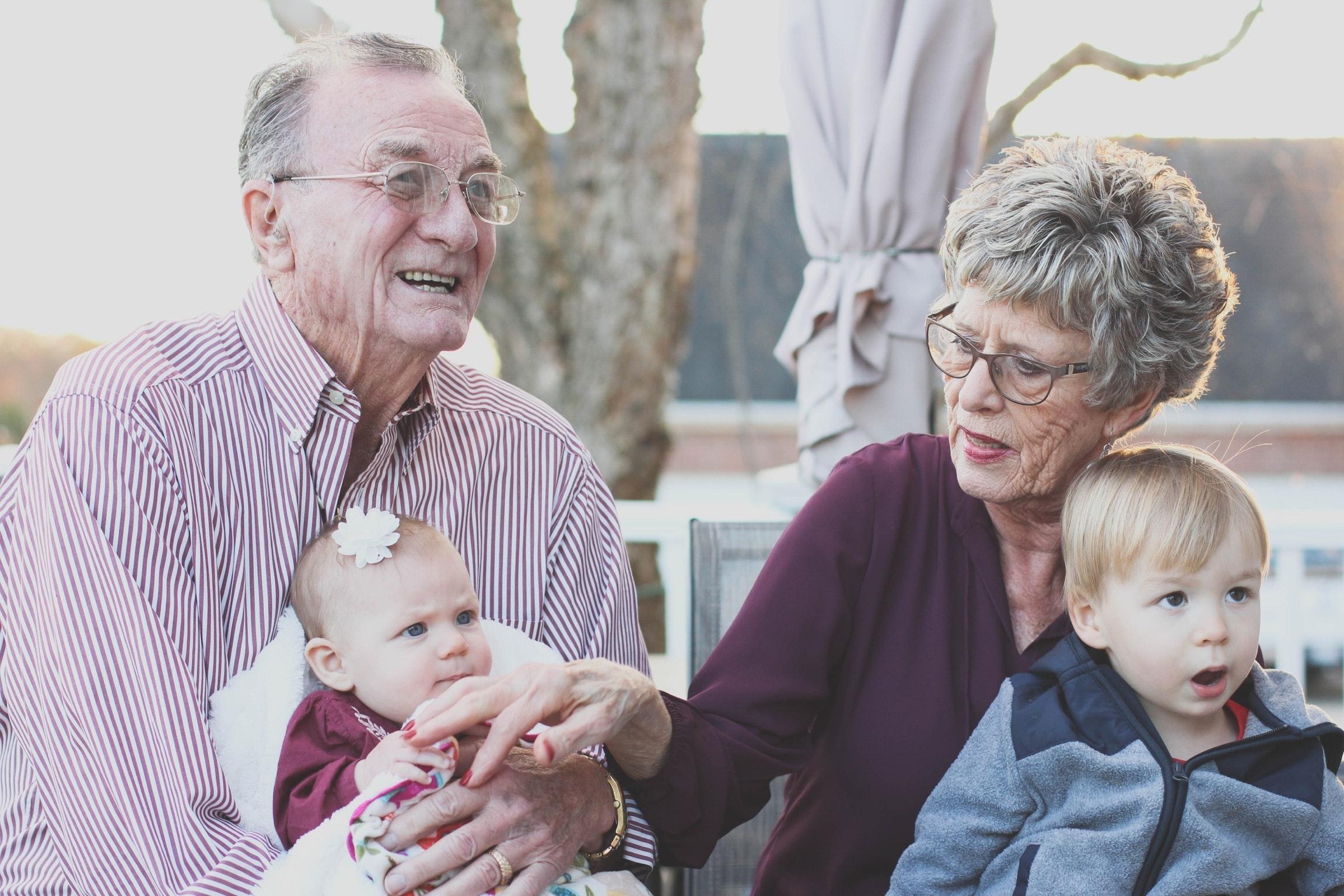 Äldre par med barnbarn