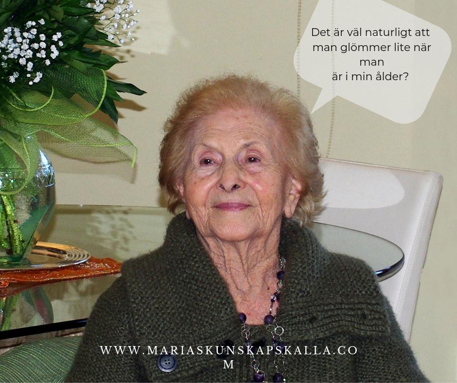 Äldre kvinna som tycker att det är normalt att glömma