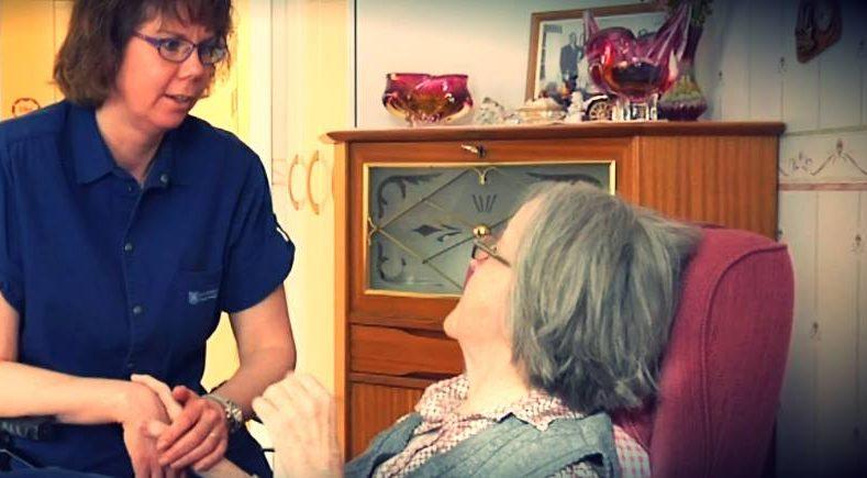 Maria samtalar med äldre kvinna