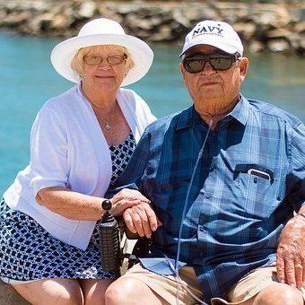 Äldre par som sitter tillsammans