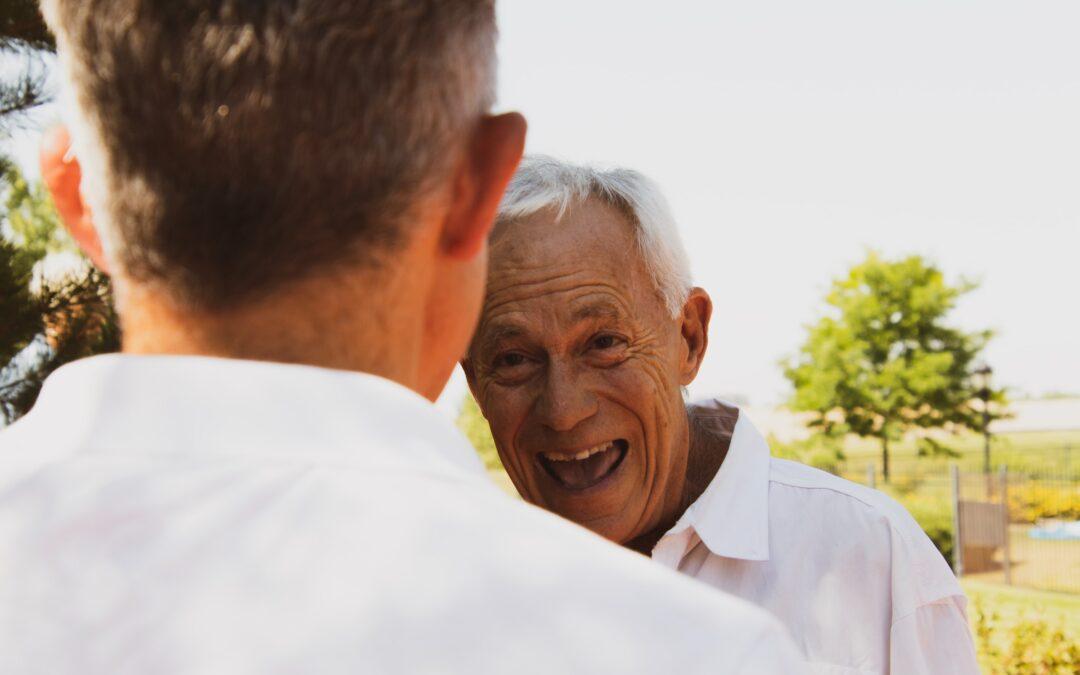 Äldre man skrattar