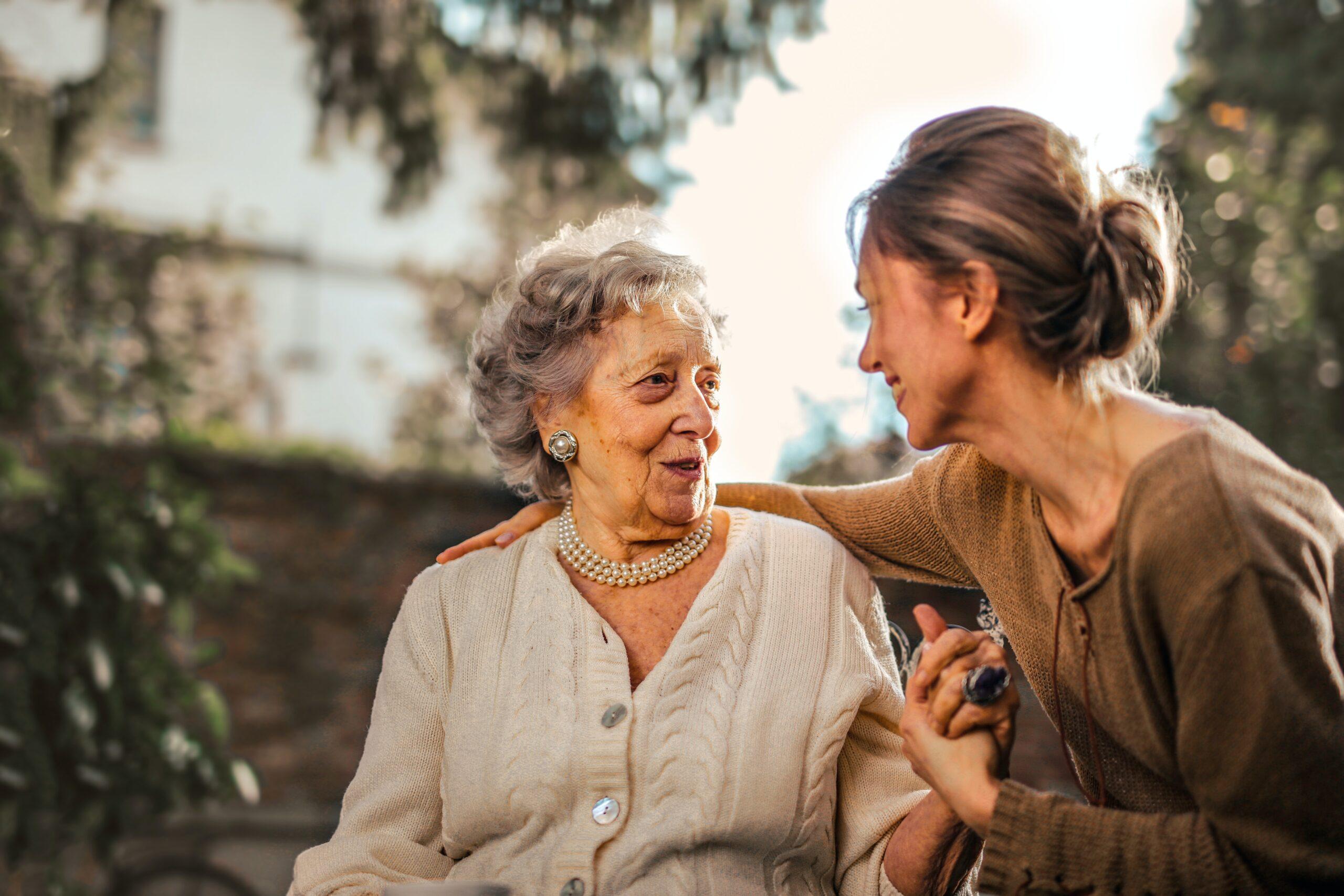 Två kvinnor som pratar