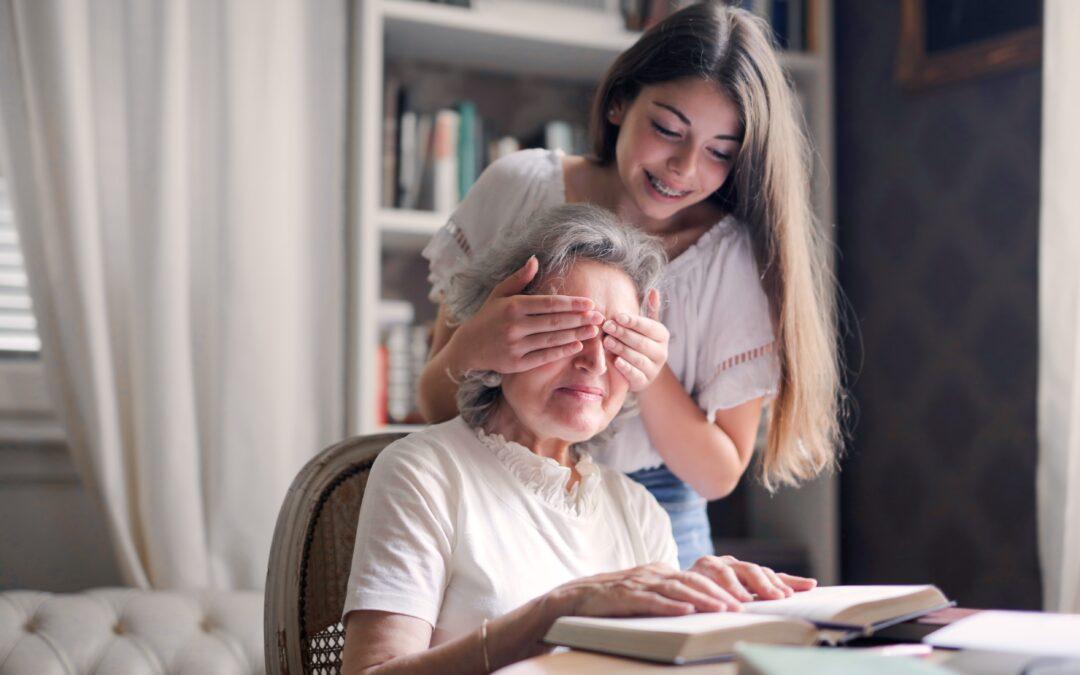 Håller för ögon på äldre kvinna