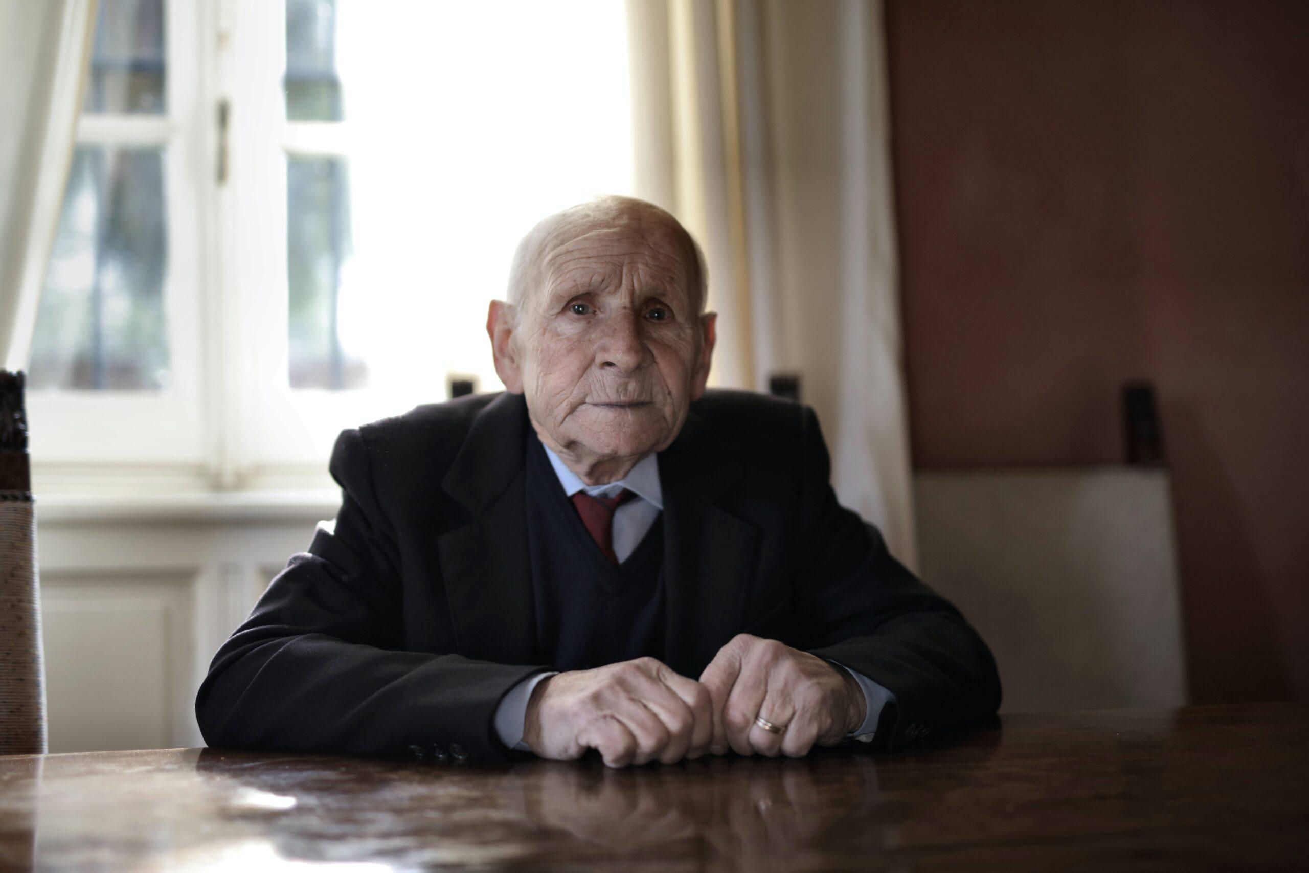 Äldre man vid ett bord